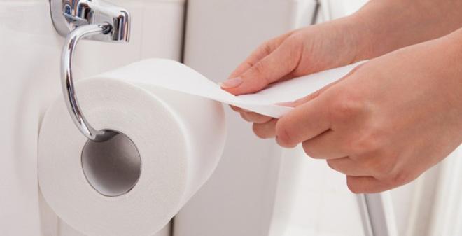 Giáy vệ sinh làm tắc bồn cầu